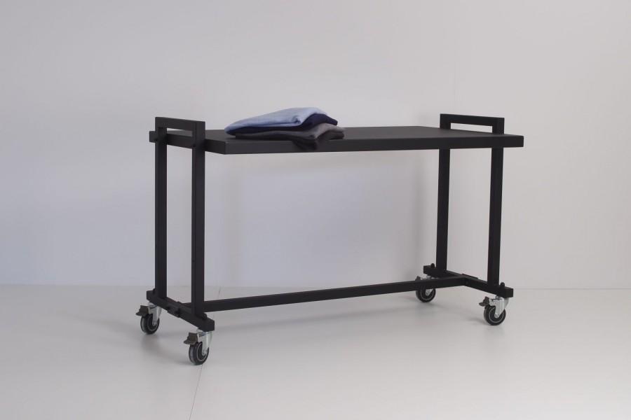 Bord til gaden i matsort overflade. Gadebordet har store 10 cm. hjul med bremser. Stort udvalg af gadeborde, gadestativer, vogne til mannequiner og gadekassetter