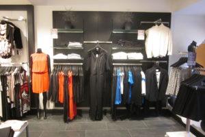 Modebutik med butiksinventar - panelplader som har stor fleksibilitet og som kan leveres i alle farver.