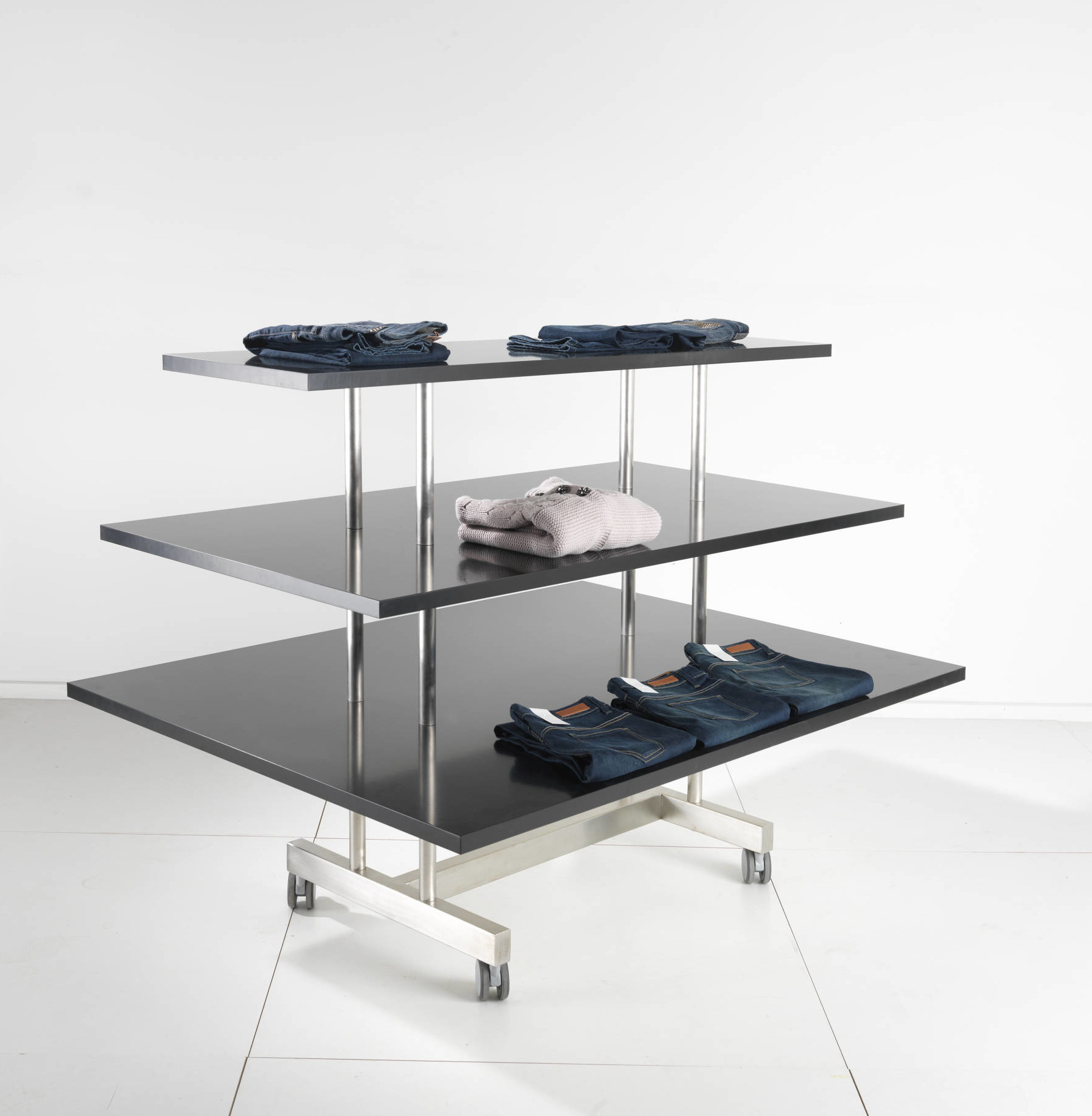 Effektivt salgsmodul med tre plader, som kan rumme mange varer, og som kan leveres i alle farver. Butiksinventar.