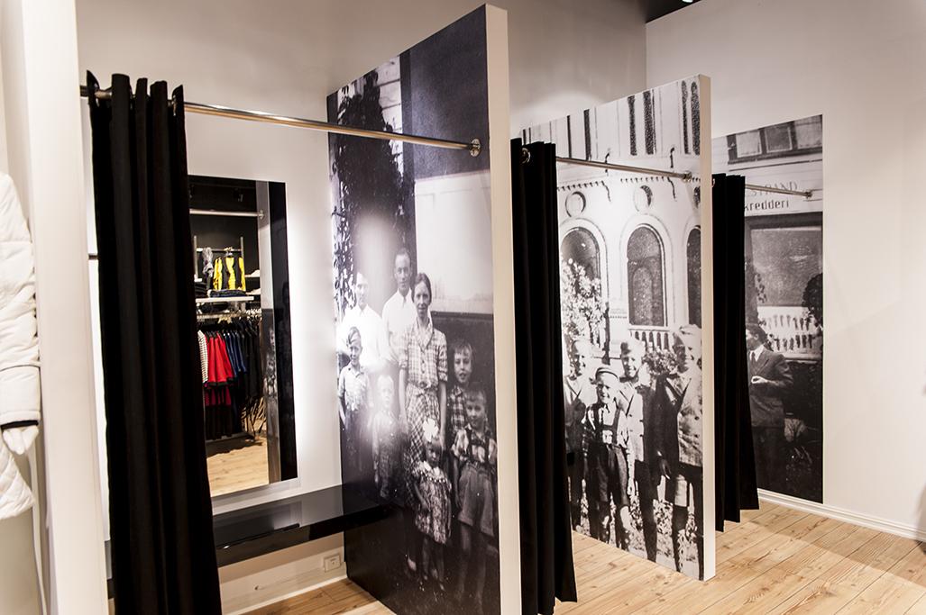 Motebutikk med butikkdesign og butikkinnventar, og hvor luksus prøverom er innrettet med grafiske elementer, sittehylle og speil med lys