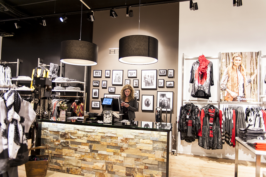 Det flotte butiksinventar system First er her anvendt på hver side af diskområdet. Butiksinventar og mannequindukker fra European Mannequins & Shop