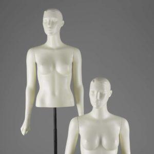 Dame torsoer med et feminint og yndefuldt udtryk.