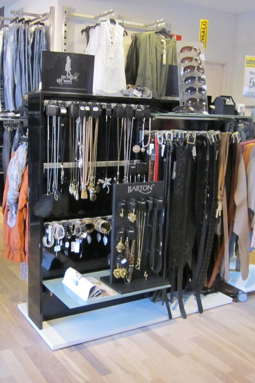 Stativet er her vist med accessories på den ene side og med almindelig ophæng på den anden side. Butiksinventar