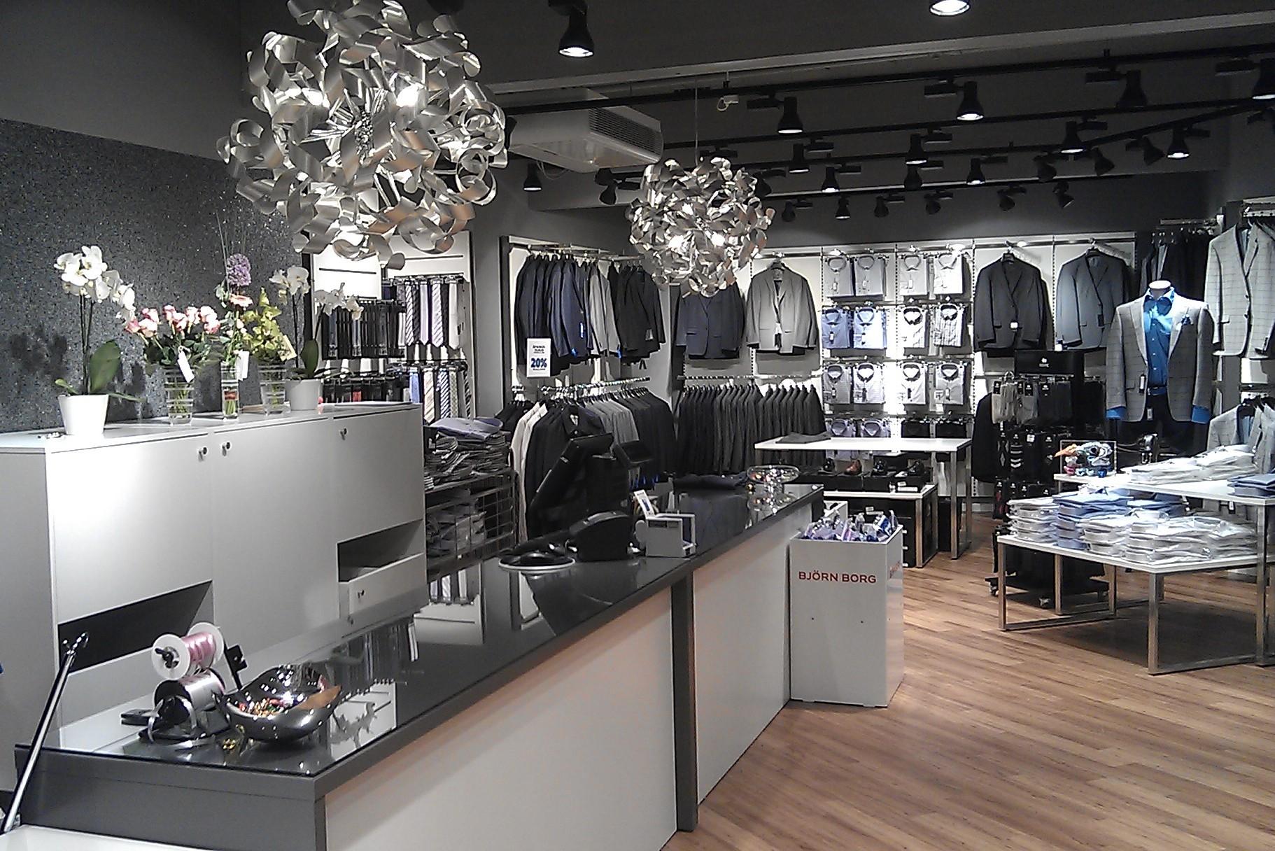 Butikkens indretnings koncept hvor hvide og grå nuancer går igennem. Butiksinventar