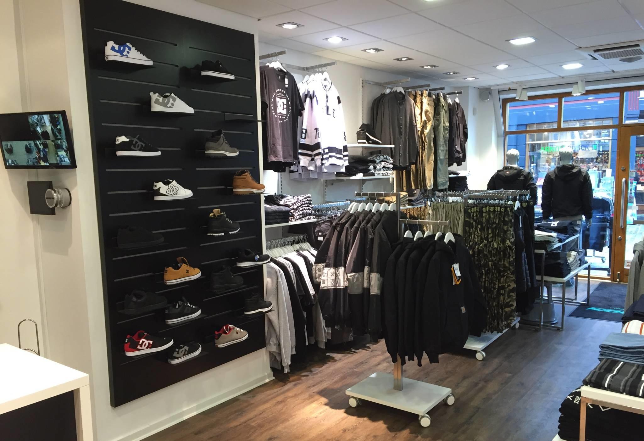 Butiksindretning som er specielt til sko og accessories. Panelpladerne kan leveres i alle farver. Butiksinventar