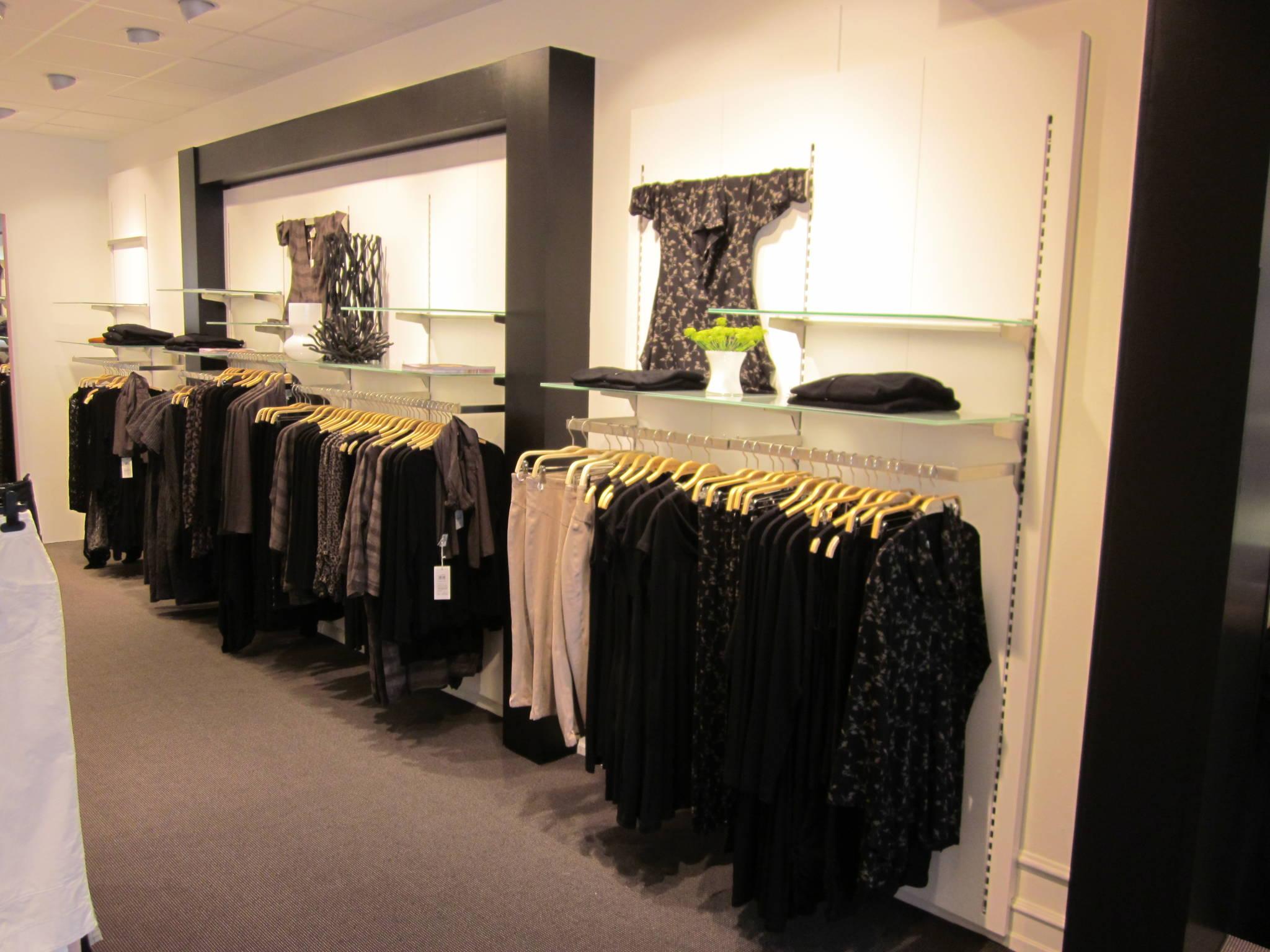 Butiksindretning med butiksinventar systemet Panel, som kan leveres i alle farver.