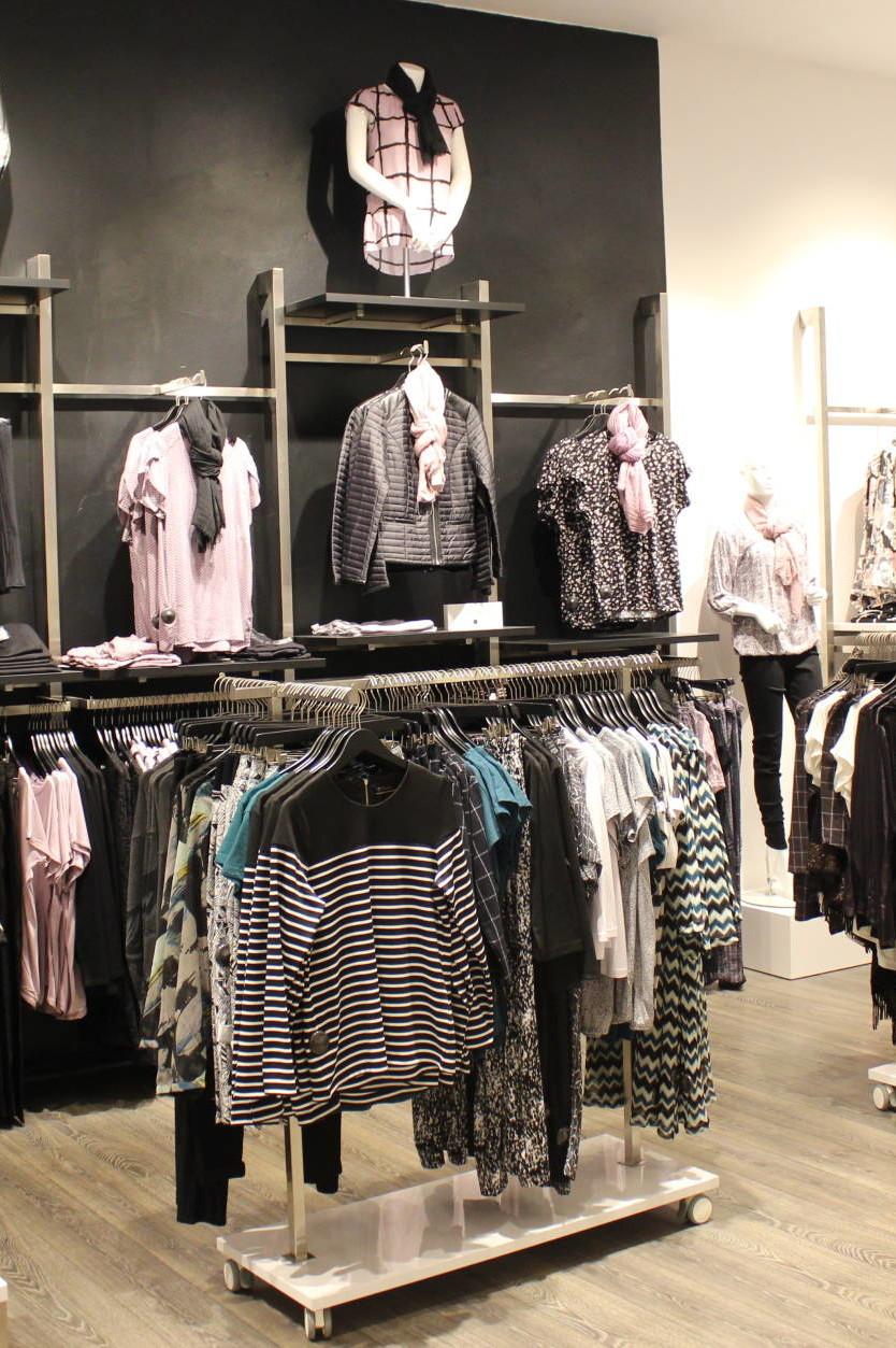 Salgs stativet er en ægte salgsmaskine og sælger mange varer og er her vist sammen med væginventaret.