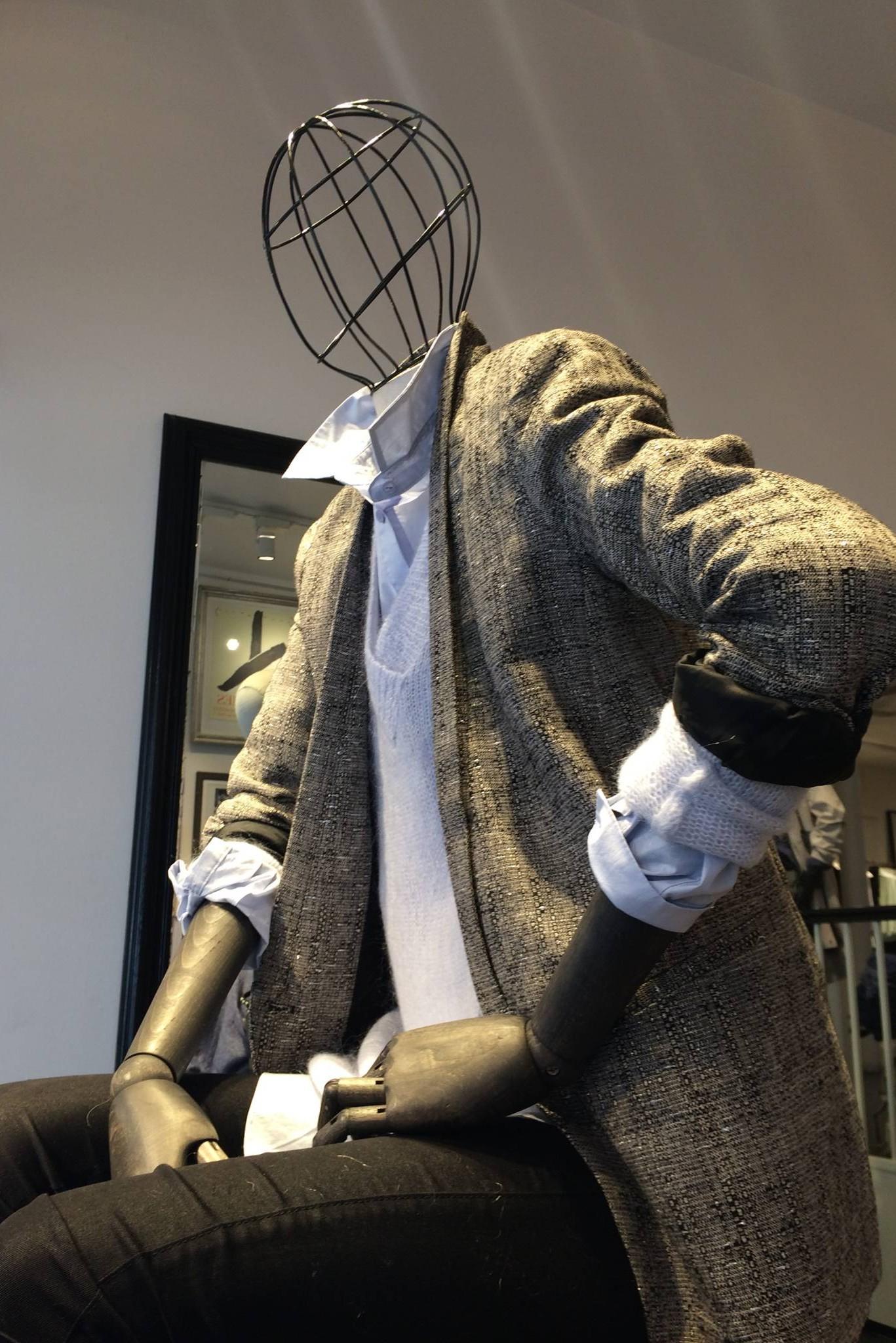 Siddende vintage dame mannequin med tråd hoved.