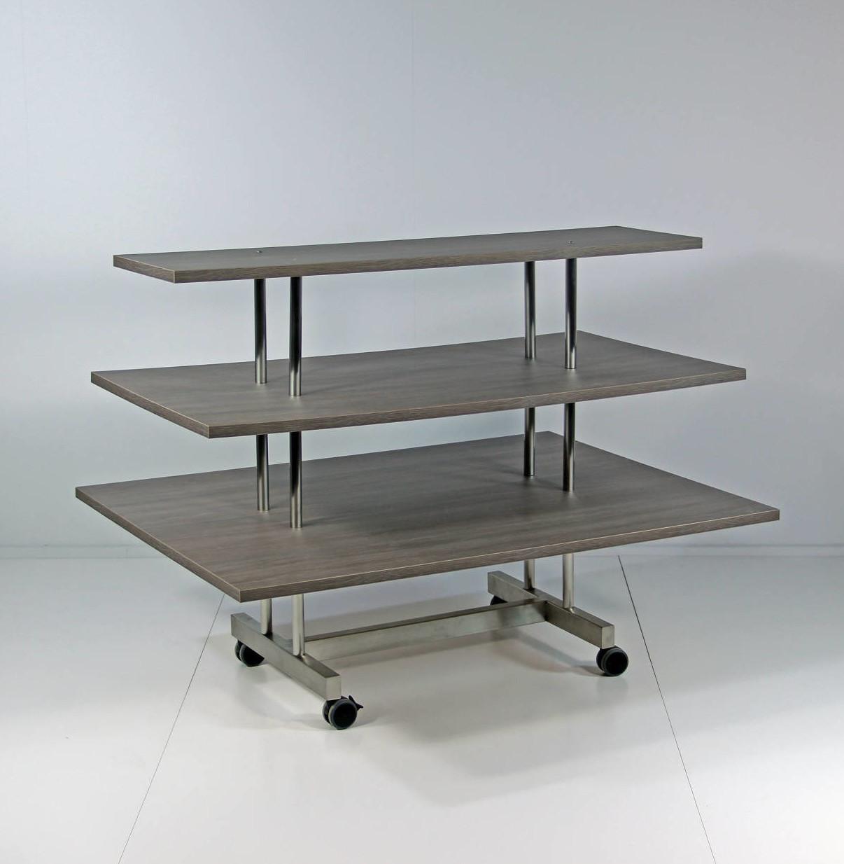 Salgsbordet med 3 hylder kan sælge mange varer, og præsenterer tøjet på en flot måde.