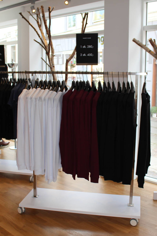 Tøjstativet kan leveres med bundpladen i alle NCS-farver