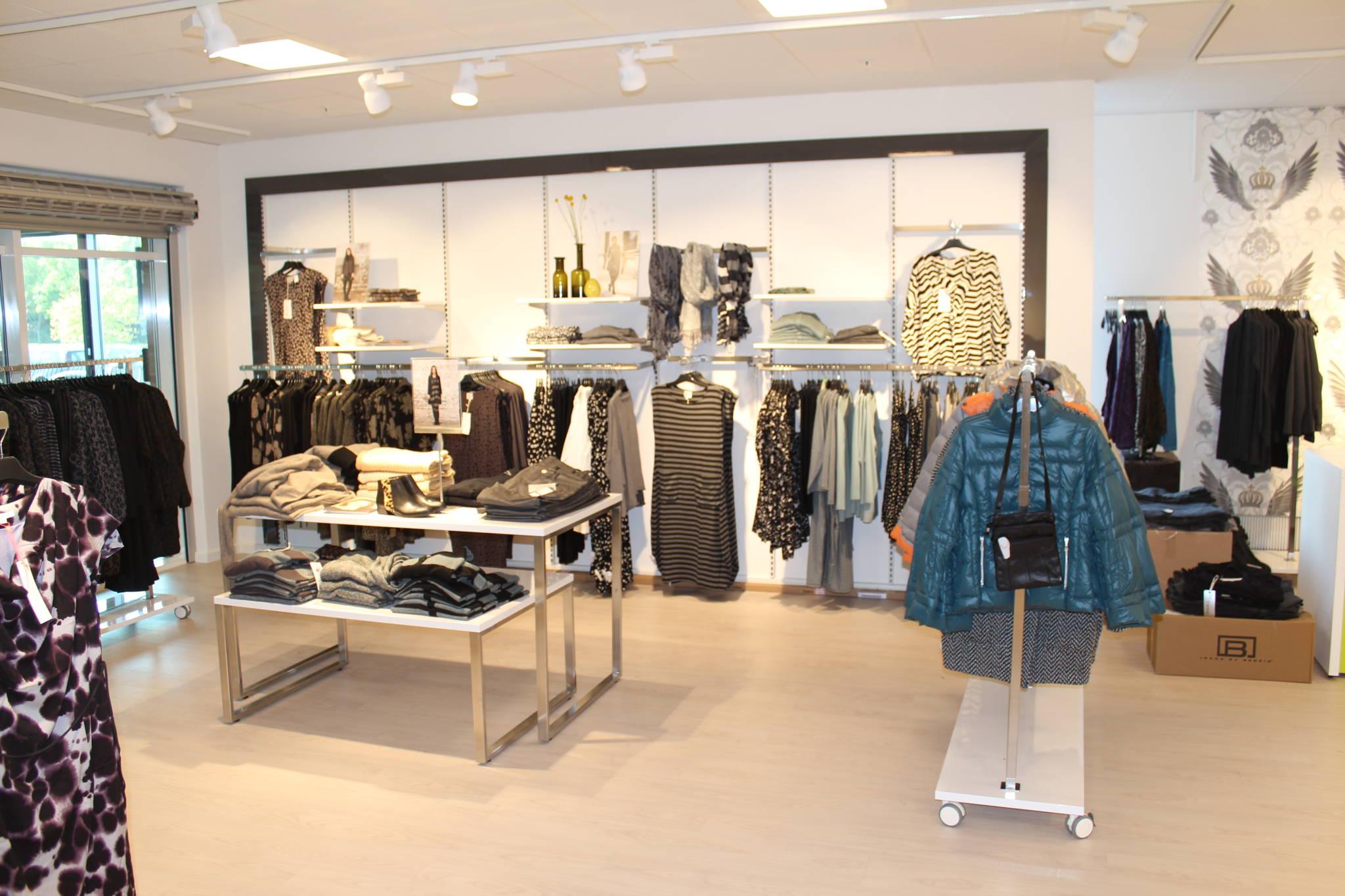 Flot og rummelig indrettet butik med god plads. Se flere billeder af butiksinventar og se de flotte højglans grønne inventar dele.