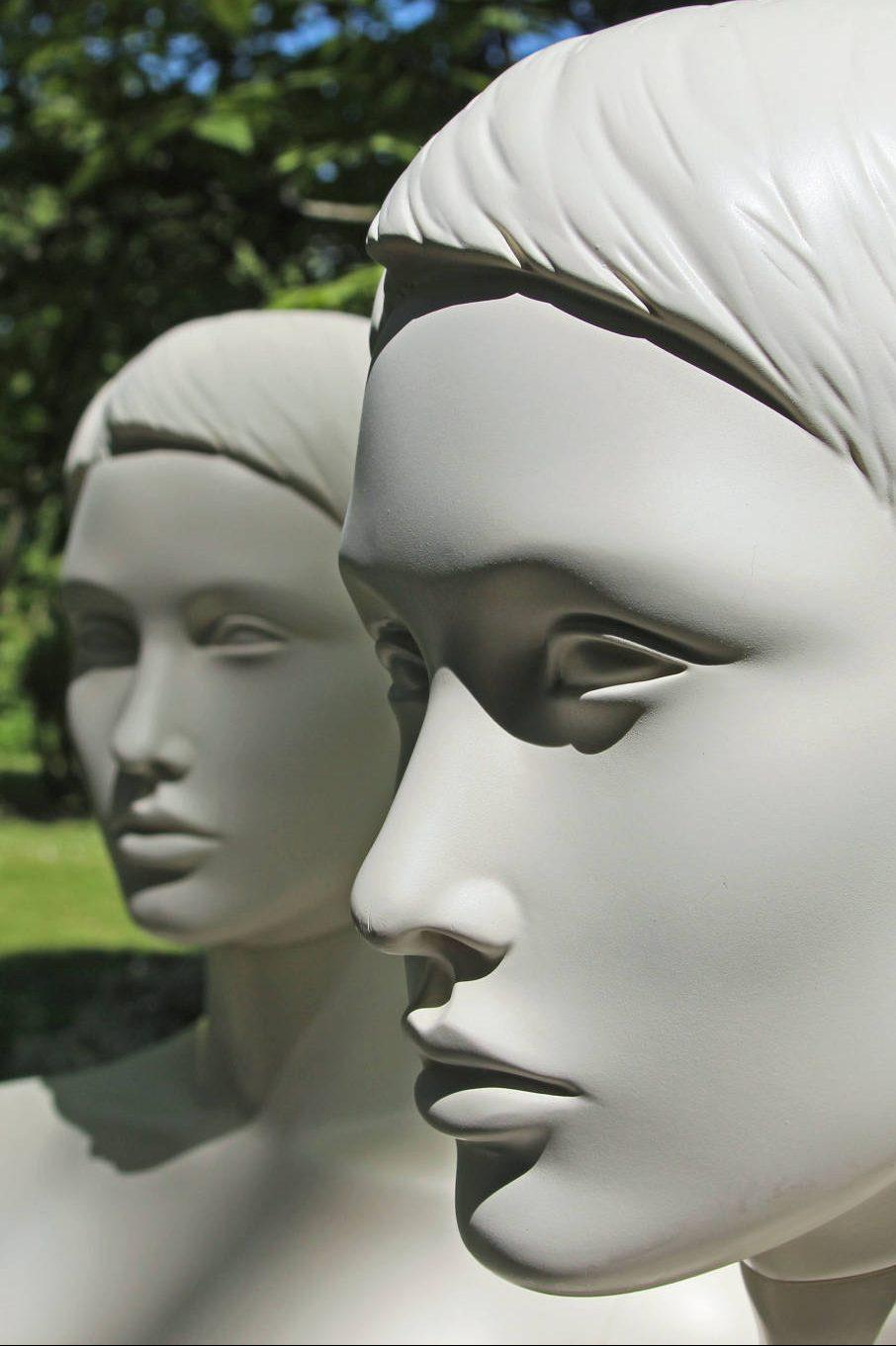 Smuk stilistisk dame mannequin. Klassiske dame mannequin der kan bruges i alle typer tøjforretninger. Utroligt smukt ansigt samt blid udstråling.