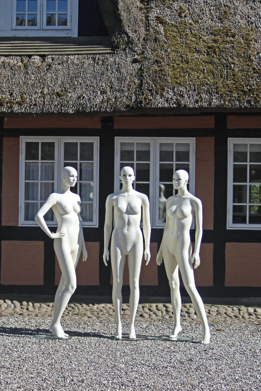dame mannequiner med make-up. Ginerne fås i flere forskellige modeller.
