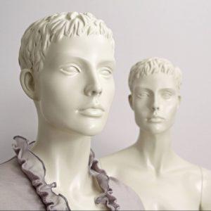 Mannequinerne leveres i råhvid farve. Dukkerne fås i 2 forskellige modeller