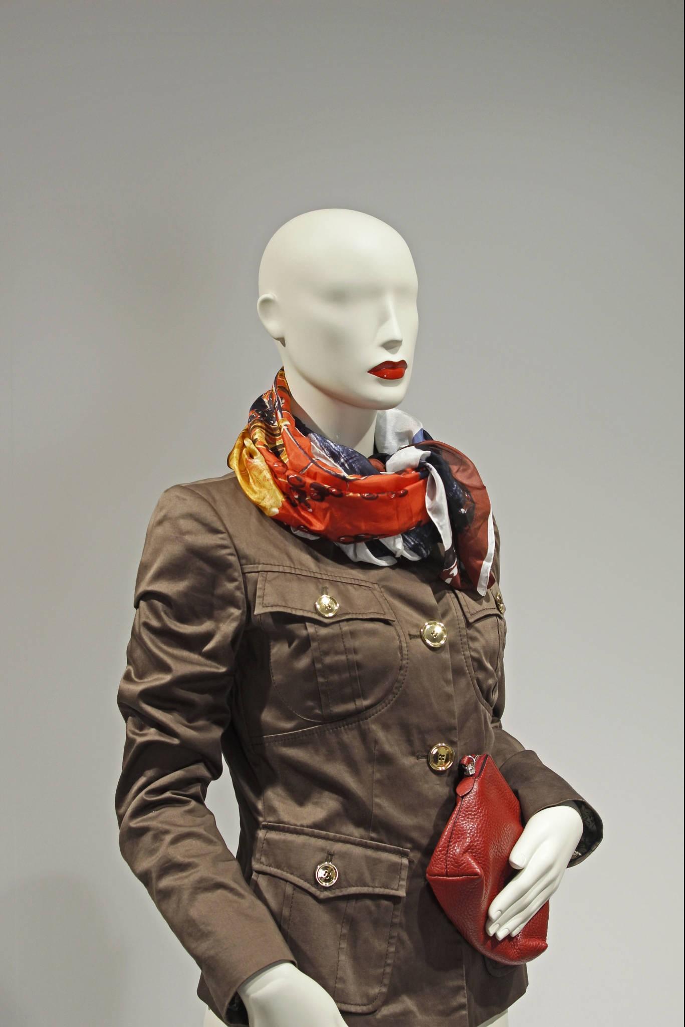 Design mannequin i størrelse 38 med røde læber.