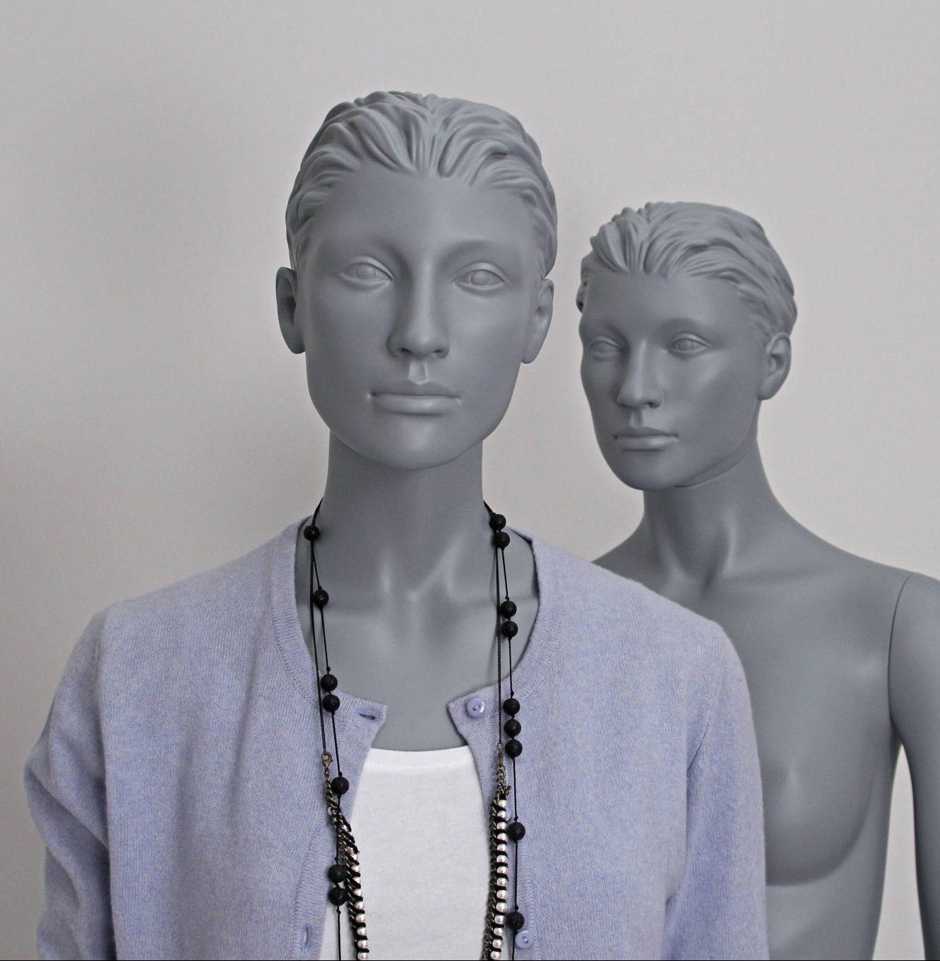 modegrå stilistisk dame mannequin. sporty look. ungdommelig.