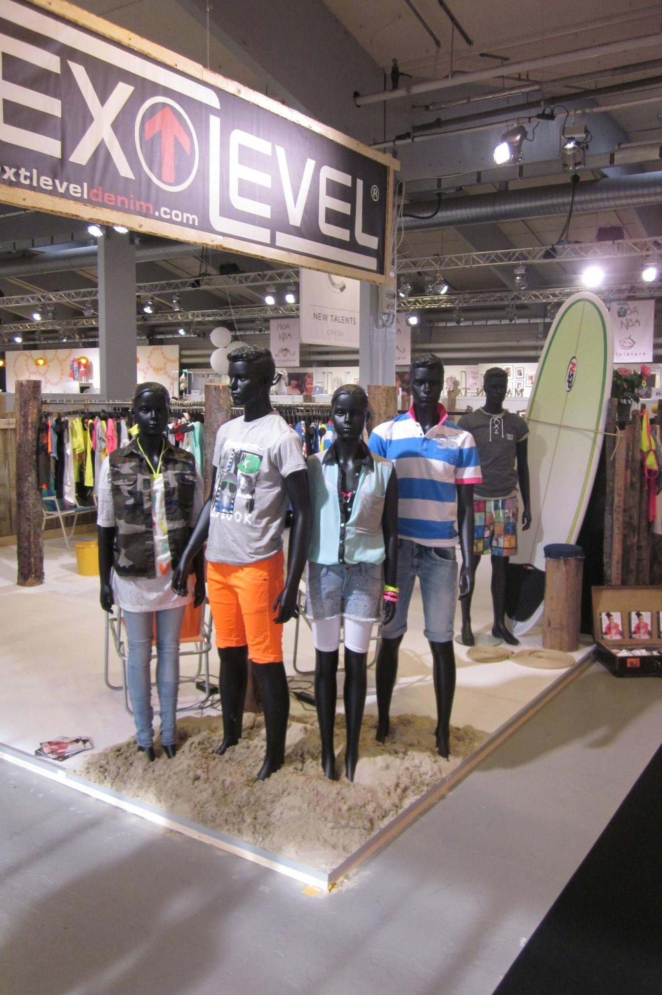 Teenage mannequin dreng og teenage mannequin pige i flot sort mat farve.