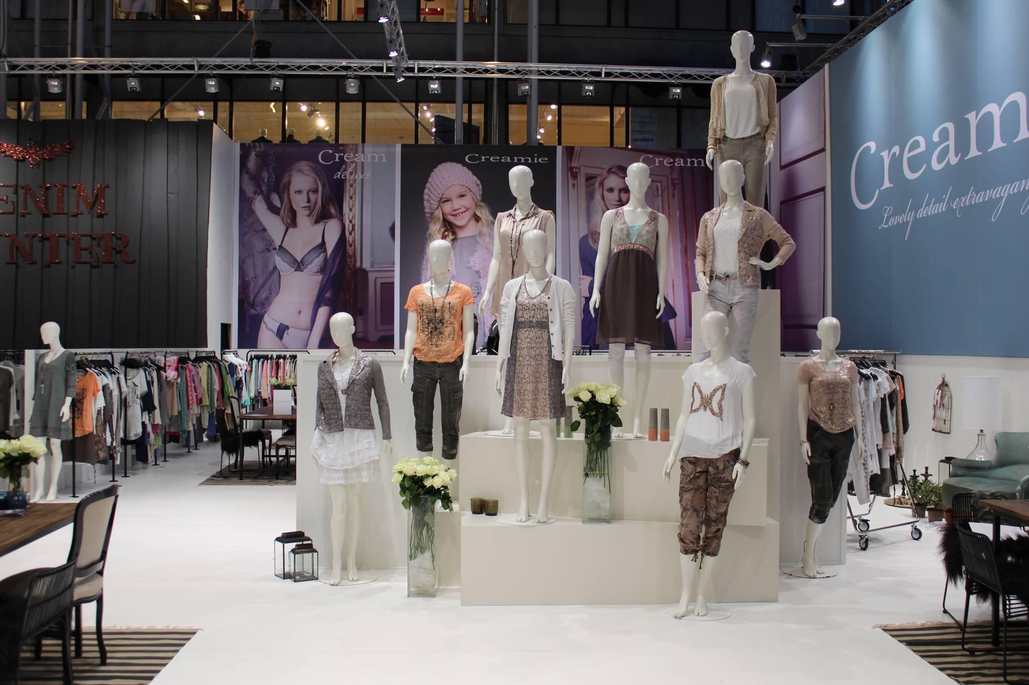 De flotte mannequiner præsenteres effektivt på podier i de forskellige størrelser. Butiksindregning og butiksinventar
