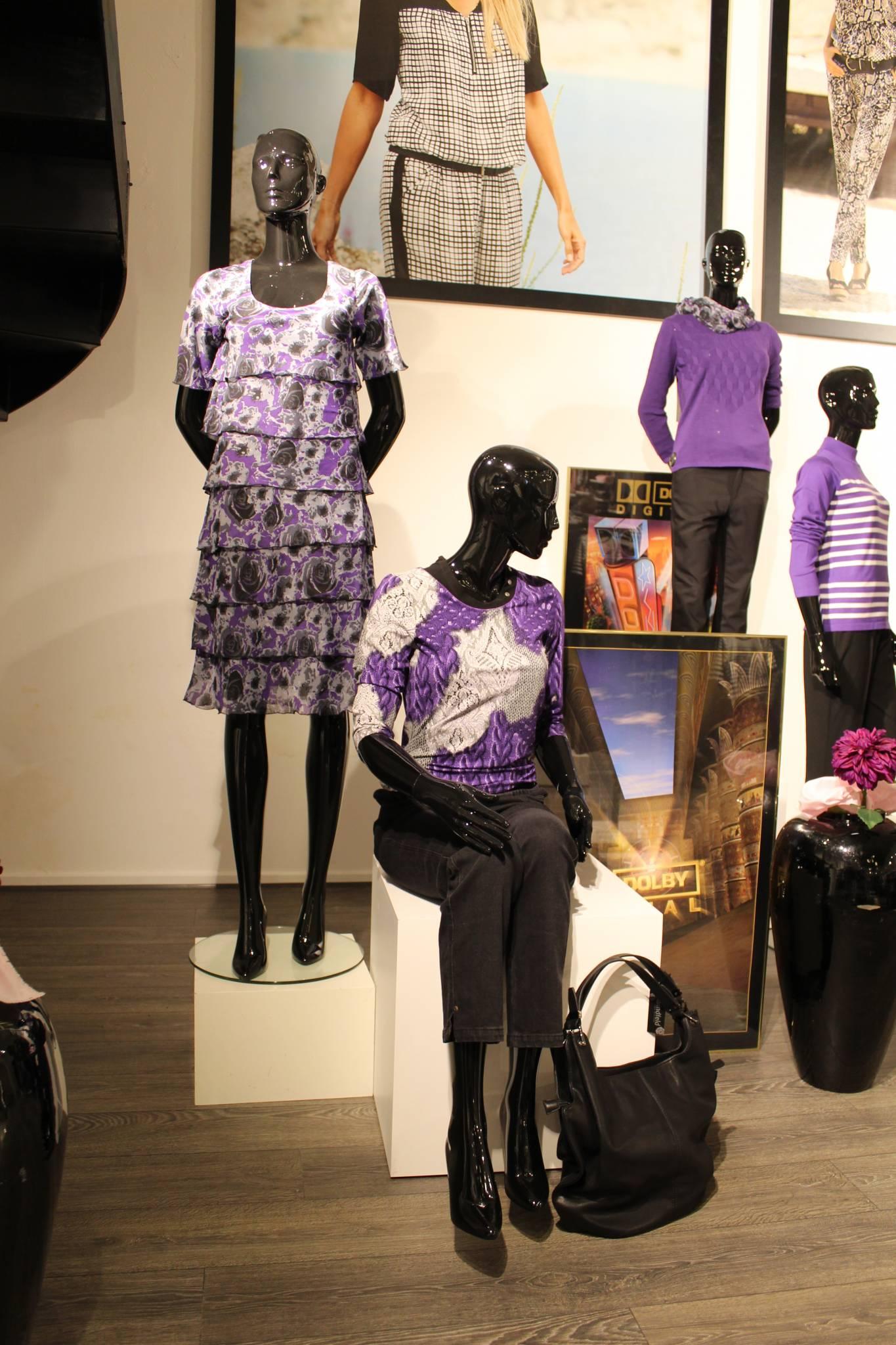 Mannequin podie er med til at skabe fokus og dynamik i udstillingen. Butiksinventar og butiksindretning,