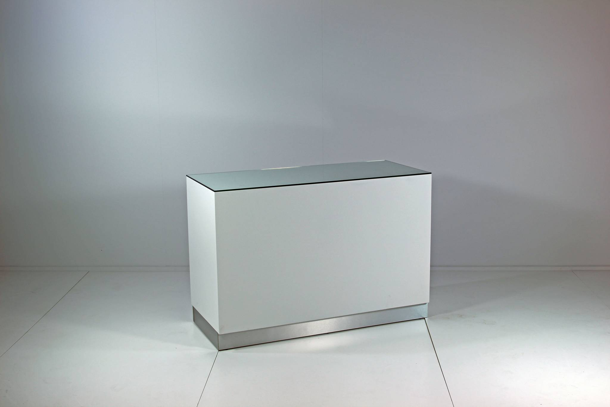 Billig butiksdisk 136 cm. bred med 5 rum og 1 skuffe. Kan leveres i alle farver.