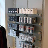 Undertøjet præsenteres på butiksinventaret.