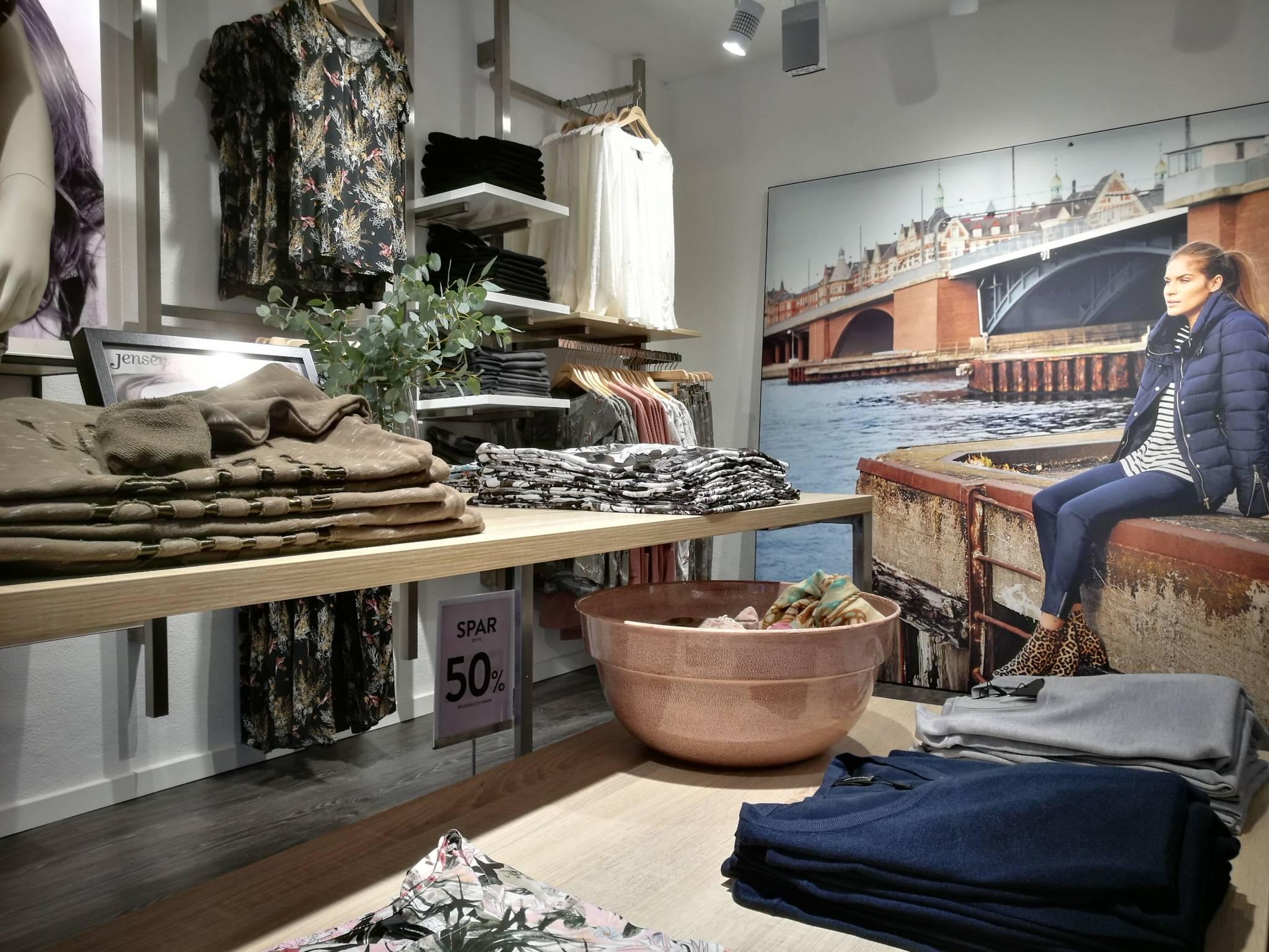 Moderne dame butik med nyt design udtryk. Butiksinventar og vægsystem. Butiksindretning