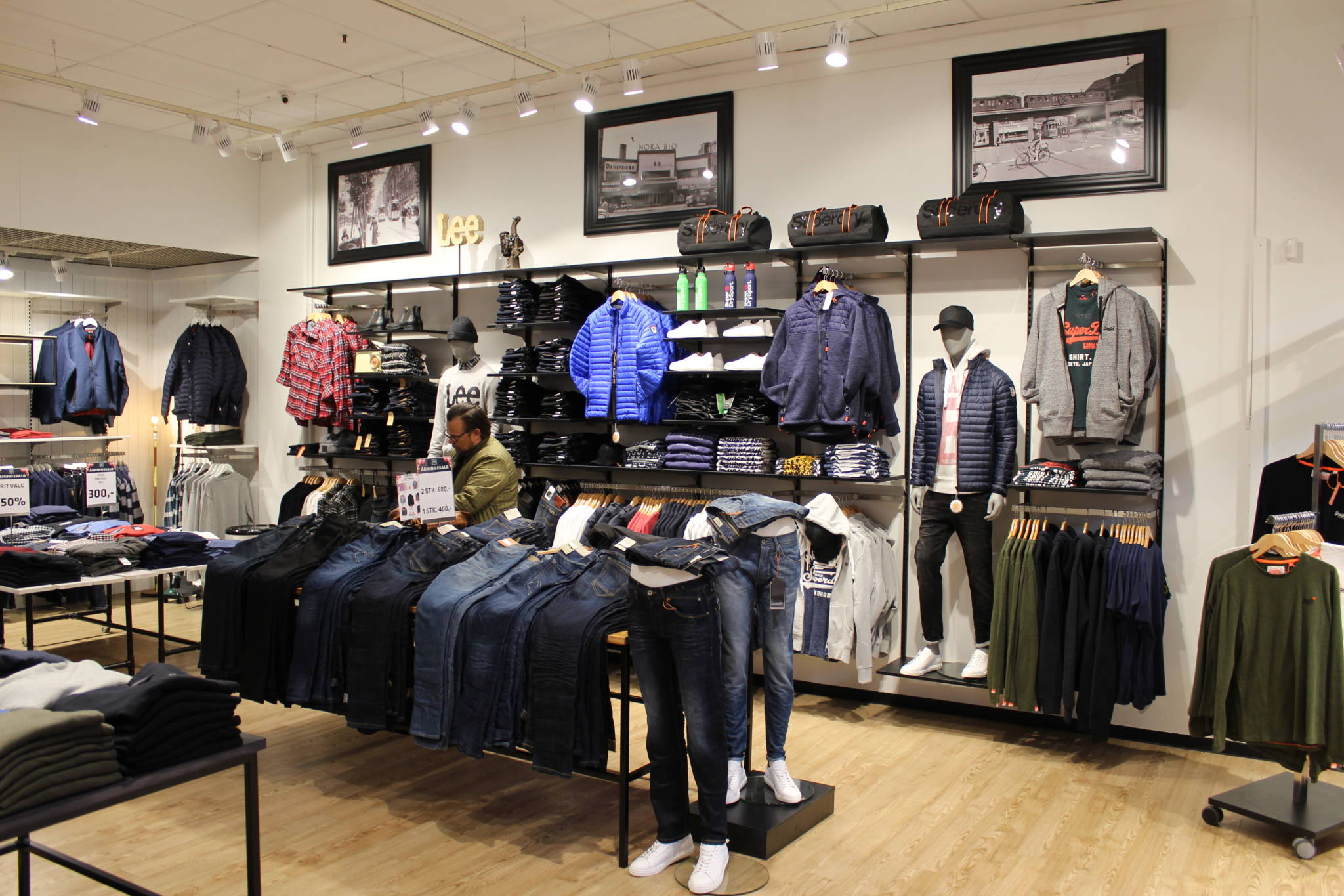 Trendy indrettet herrebutik med mange fokus området